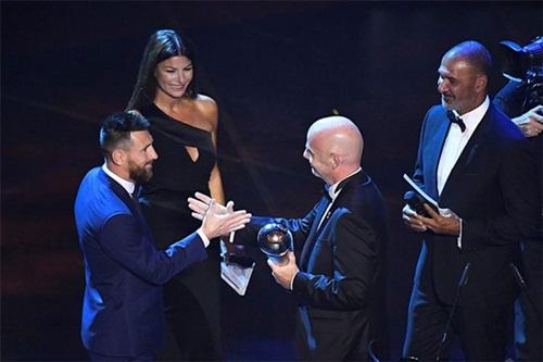 """""""ليونيل ميسى"""" يفوز بجائزة أفضل لاعب في العالم"""