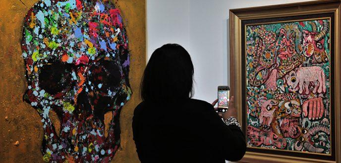 """افتتاح المعرض الوطني للفنون التشكيلية """"أيادي النور"""" بطنجة"""