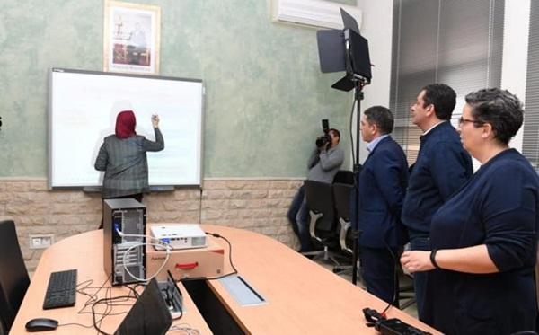 وزارة التعليم تشرع في تقديم الدروس عن بُعد للتلاميذ بعد توقف الدراسة