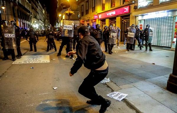 إسبانيا تشهد ليلة أخرى من أعمال الشغب احتجاجا على سجن مغني راب