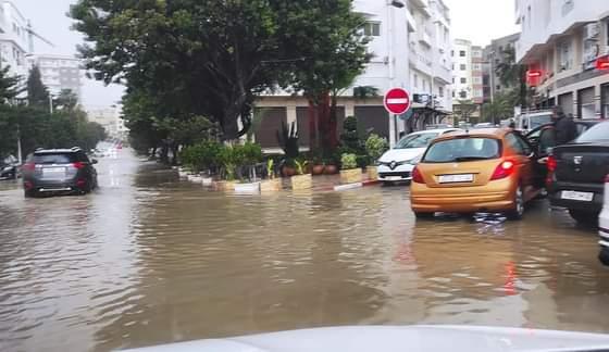 أمطار الخير تغرق شوارع مدينة تطوان وتفضح بنيتها التحتية الضعيفة
