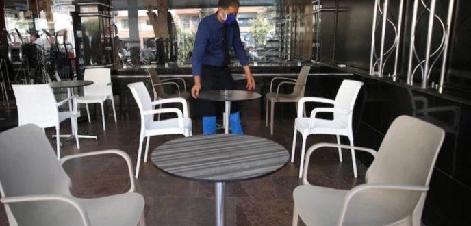 تغريم واعتقال عمال المقاهي والمطاعم بسبب التنقل الليلي يثير غضبا نقابيا واسعا