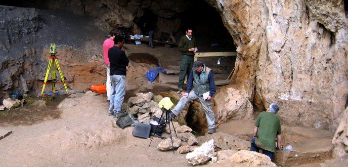 باحثون يكشفون أدلة على بدء صناعة الملابس في المغرب قبل 120 ألف عام